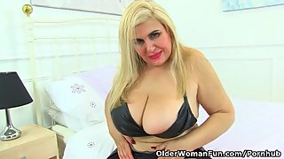 Spanish milf Musa Libertina stuffs her mature pussy with her fingers