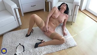 Posh mature mom with perfect body