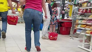 Booty mom's ass in supermarket