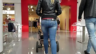 Young mom's ass in tight jeans