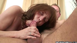 Horny guy bangs his girl's old mom